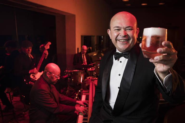 Retrato do bartender Walter Bolinha no bar do Hotel Fasano