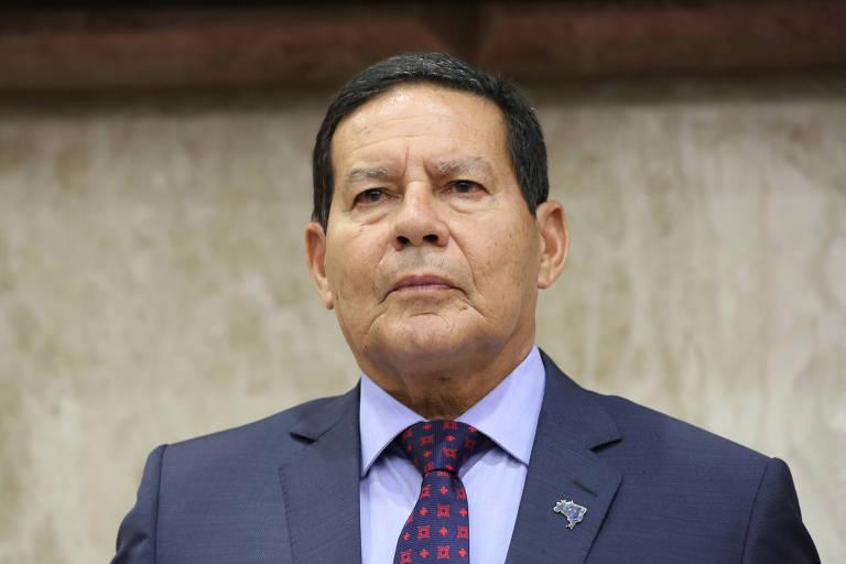 O presidente em exercício, general Hamilton Mourão, vestido de terno