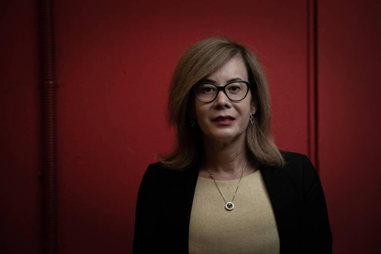 A tabeliã Carla Watanabe, 53, mulher trans que mudou nome nos documentos pessoais após norma do CNJ