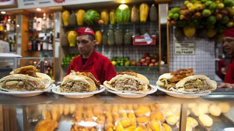 SAO PAULO, SP, BRASIL, 04-06-2013, 23h00: OMSP. Bar e lanchonete Estadao, ganhador na categoria Fim de noite, no centro de Sao Paulo. (Foto: Leticia Moreira/ Folhapress, REVISTA SAO PAULO)