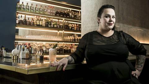 BRASIL - SAO PAULO - 30.04.2019 - O MELHOR DE SAO PAULO - Gastronomia - REVISTA SAO PAULO - Retrato da bartender Michelly Rossi, no Fel. Drink: Ford. Foto: KEINY ANDRADE/FOLHAPRESS