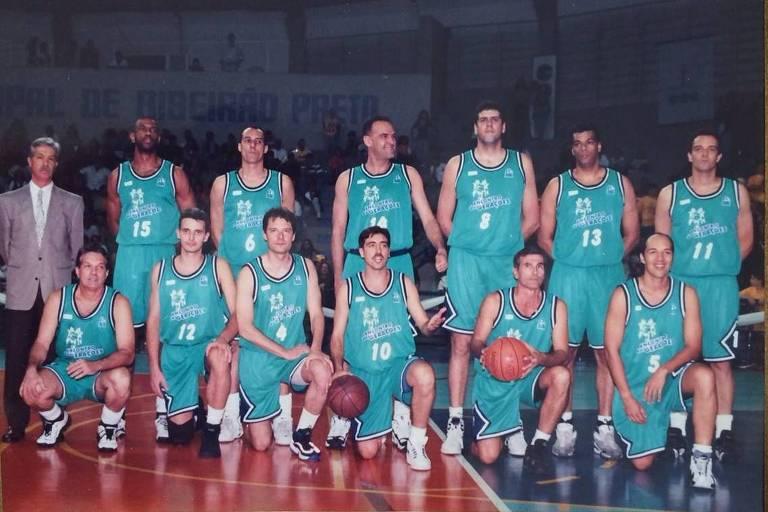 Paulão (à direita, usando camisa número 13) ao lado de jogadores como Oscar Schmidt (centro)