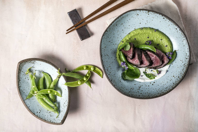 Carne de wagyu grelhada com ervilha e wasabi do Aizomê, no Jardim Paulista