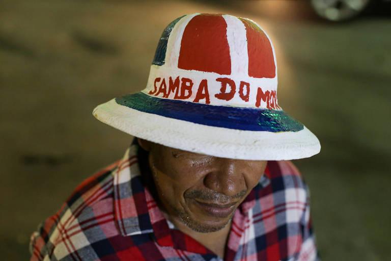 Lázaro José, diretor e músico, se prepara para saída do samba junino no bairro do Garcia