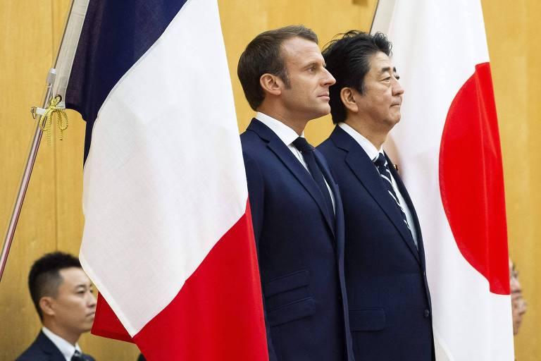 O presidente francês, Emmanuel Macron, à esq., e o premiê japonês, Shinzo Abe, em Tóquio