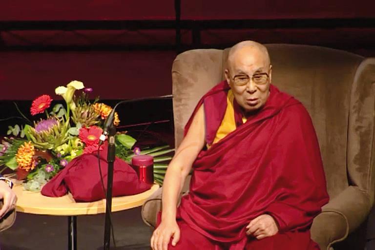 Dalai-lama faz comentários machistas e xenófobos a TV britânica
