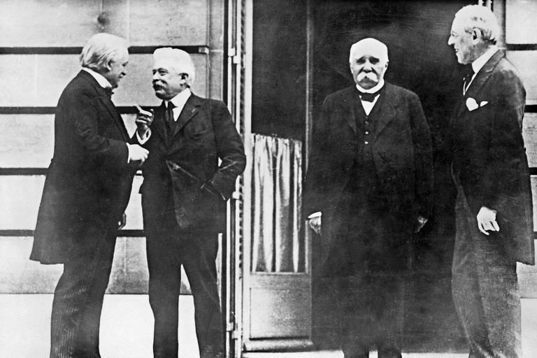 Os líderes Lloyd George, Orlando, Clemenceau e Wilson no início da conferência em Versalhes