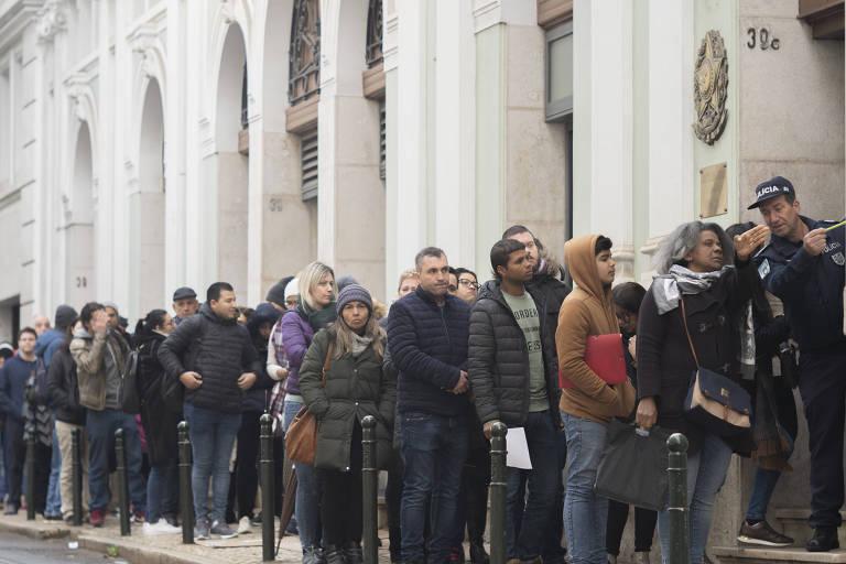 Brasileiros em fila no consulado do país em Lisboa por documentação para cidadania portuguesa