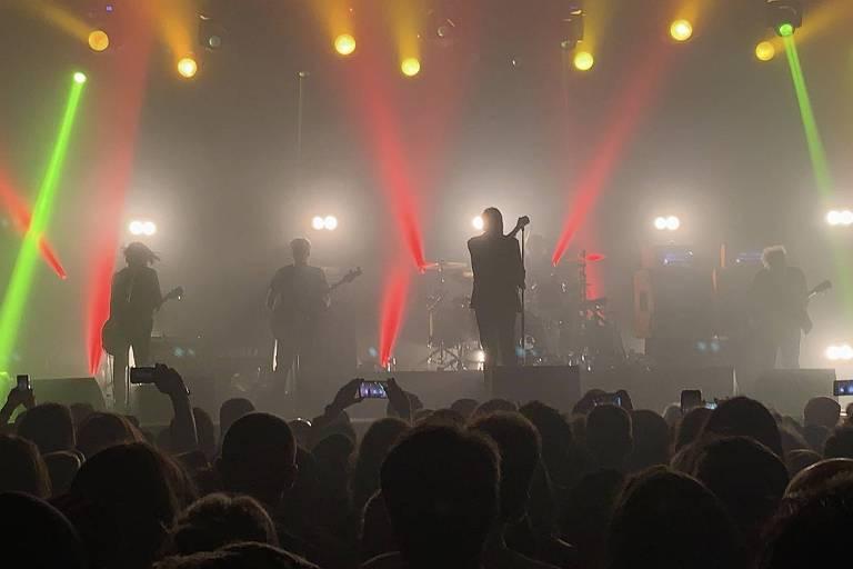 muitas luzes no palco