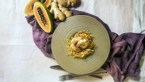 BRASIL - SAO PAULO - 07.05.2019 - O MELHOR DE SAO PAULO - Gastronomia - REVISTA SAO PAULO - Prato do Capim Santo: salada de mamao com camarao. Foto: KEINY ANDRADE/FOLHAPRESS ORG XMIT: AGEN1905100059292586