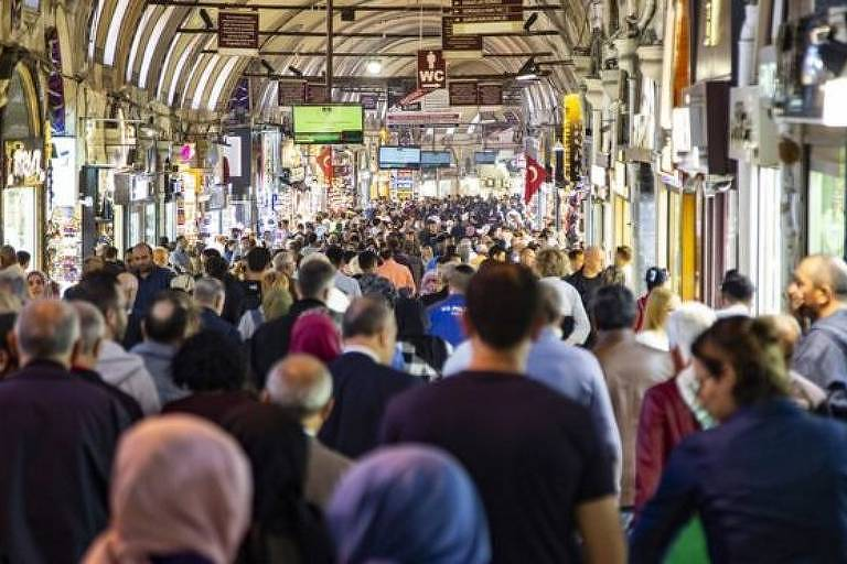 Pessoas andando em mercado