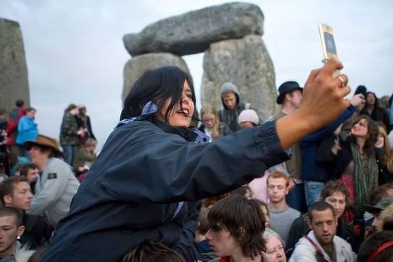 Multidão vendo pedras e tirando fotos