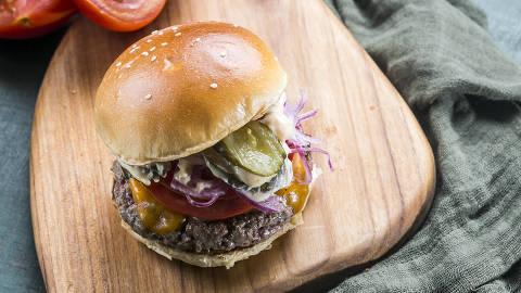 BRASIL - SAO PAULO - 15.05.2019 - O MELHOR DE SAO PAULO - Gastronomia - REVISTA SAO PAULO - Hamburguer do Z Deli: chopped burger (pao de forma) e New York. Foto: KEINY ANDRADE/FOLHAPRESS