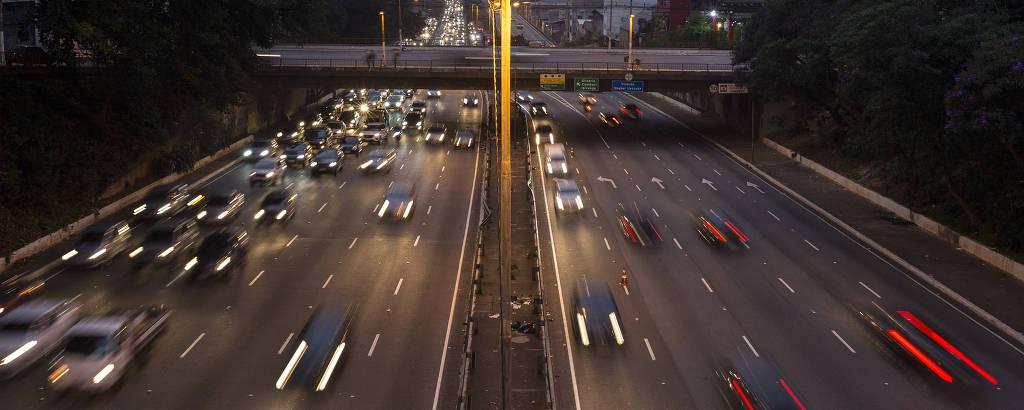 Veículos trafegam na ligação leste-oeste, no centro de São Paulo