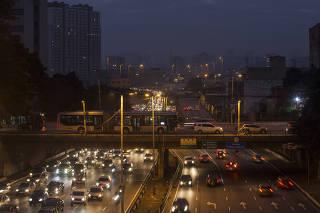 Especial Mobilidade Urbana. Movimento de veiculos na ligacao Leste Oeste as 06h30 no Centro de Sao Paulo
