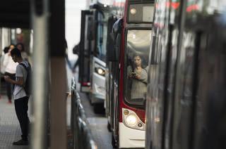 Especial Mobilidade Urbana. Movimento de passageiros e onibus em ponto na estrada do M Boi Mirim as 7h05 da manha