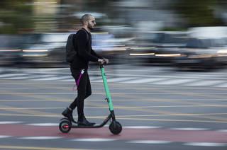 Homem circula de patinete elétrico em SP