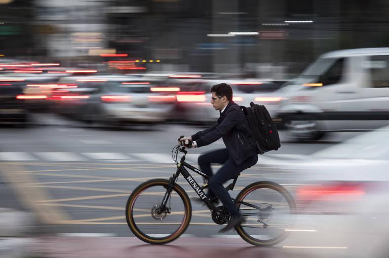 Usuários de patinetes elétricos e de bicicleta circulam no cruzamento entre as avenidas Faria Lima e Juscelino Kubitschek, na zona oeste de São Paulo
