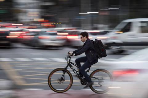 SÃO PAULO, SP, 09.06.2019 - Usuários de patinetes elétricos e de bicicleta circulam no cruzamento entre as avenidas Faria Lima e Juscelino Kubitschek, na zona oeste de São Paulo.  (Foto: Eduardo Knapp/Folhapress)