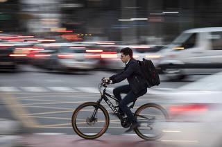 Homem circula de bicicleta em SP