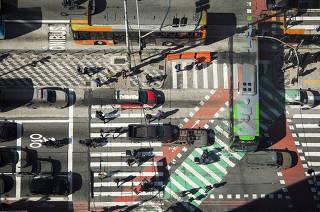 Especial Mobilidade Urbana. Foto em dupla exposicao de movimentos de veiculos no cruzamento da av Paulista com Consolacao