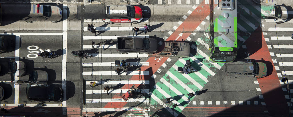 Foto aérea do cruzamento entre a avenida Paulista e a rua da Consolação, no centro de São Paulo