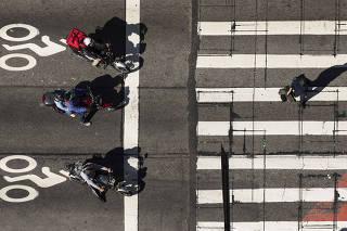 Especial Mobilidade Urbana. Pedestres atravessam na faixa no cruzamento da Av Paulista com Consolacao