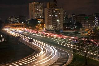 Especial Mobilidade Urbana. Movimento de veiculos no inicio da noite na Ligacao Leste Oeste (sobre av 23 de Maio) no centro de Sao Paulo