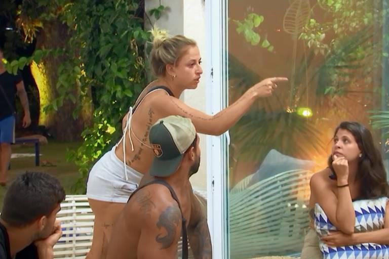 Na cena, Bifão (à esq.) aponta o dedo para participante e ameaça no De Férias com o Ex