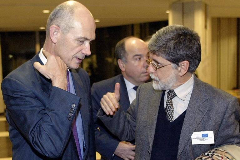 Pascal Lamy, comissário europeu (esq.), conversa com o chanceler Celso Amorim, em Bruxelas