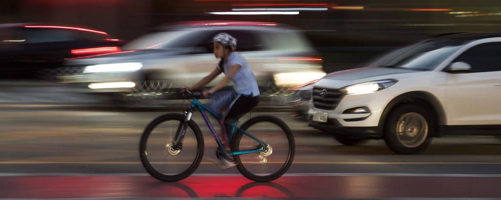 Ciclista pedala no cruzamento entre as avenidas Faria Lima e Juscelino Kubitschek, na zona oeste de São Paulo