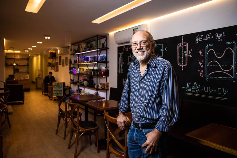 Alvaro Vannucci, doutor em física, em seu café com tema científico, em São Paulo