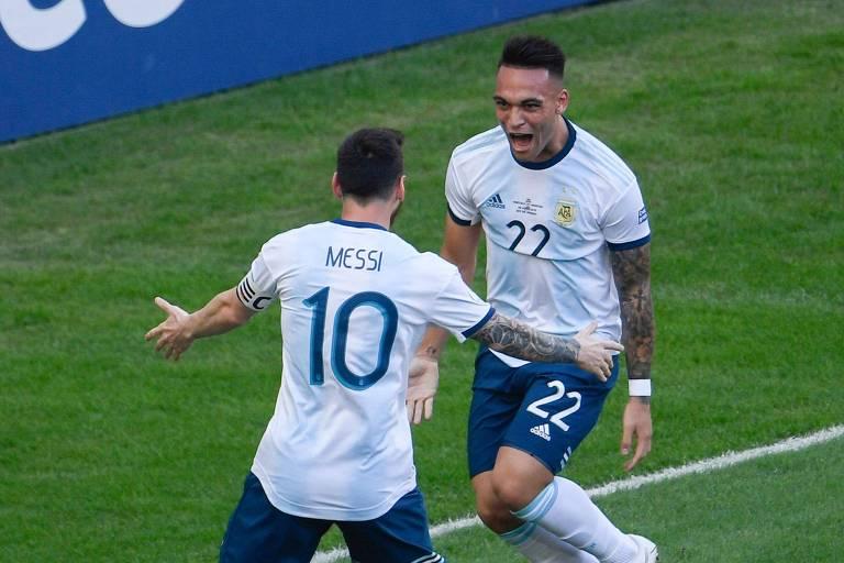 Messi e Lautaro Martínez comemoram primeiro gol da Argentina contra a Venezuela, nas quartas de final da Copa América
