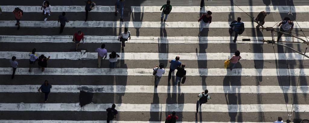 Pedestres atravessam a rua Xavier de Toledo, no centro de São Paulo; deslocamentos ao meio-dia disparam na cidadeEduardo Knapp/Folhapress
