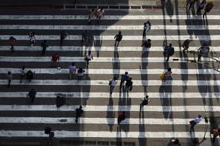 Especial Mobilidade Urbana. Pedestres atravessam na faixa na av Xavier de Toledo no centro de Sao Paulo