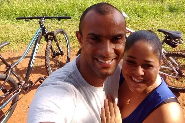 O militar William da Silva Santos, 35 anos, com a mulher, Thatiane Santos, 32 anos, no parque Ibirapuera, momentos antes de as bicicletas (ao fundo) serem furtadas