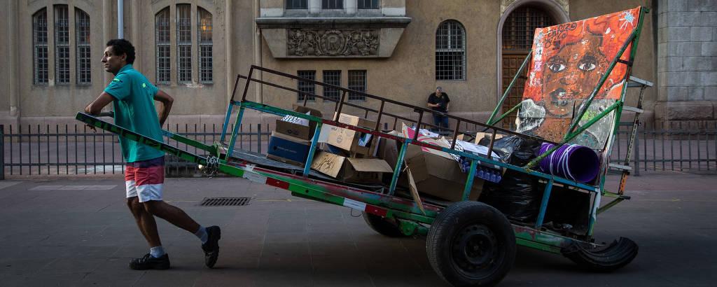 Rodrigo Lucena, 33, carroceiro que trabalha no centro e usa aplicativo para se conectar com clientes, a maioria, funcionários de escritórios que precisam descartar materiais volumosos