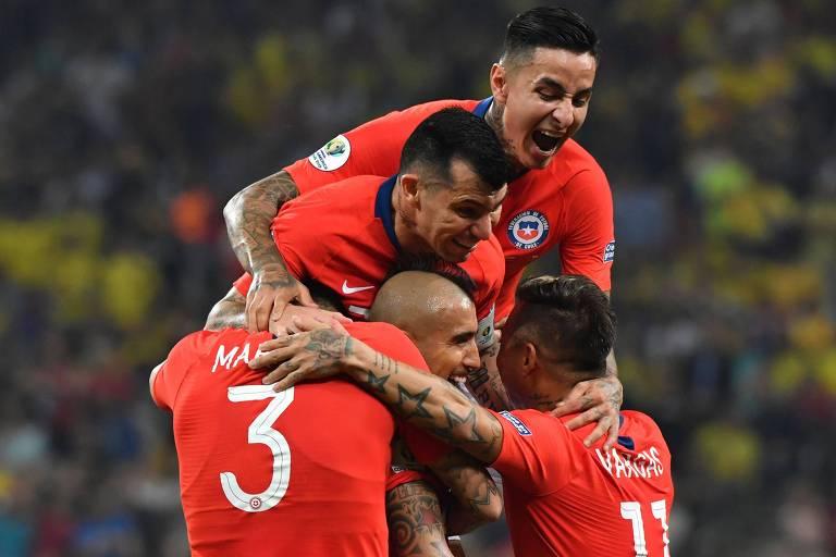 Jogadores do Chile comemoram gol, que posteriormente seria anulado pelo VAR, contra a Colômbia, na Copa América