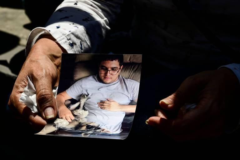 Esposa segura retrato de Luis Carlos Díaz