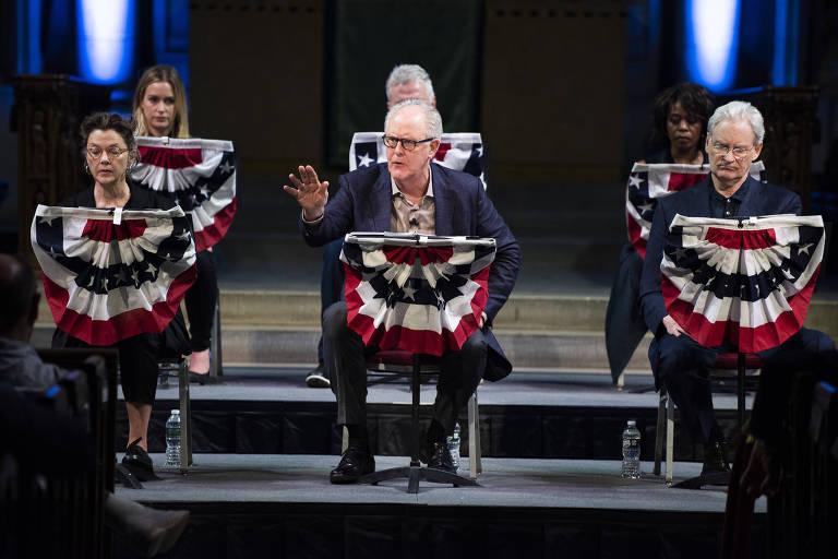 John Lithgow, ao centro, como Trump, em cena da montagem The Investigation