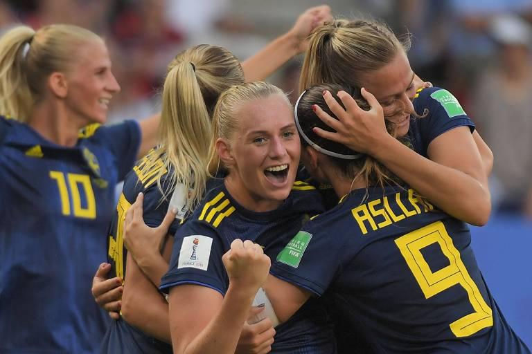 A equipe sueca comemora gol no jogo contra a Alemanha, neste sábado (29)