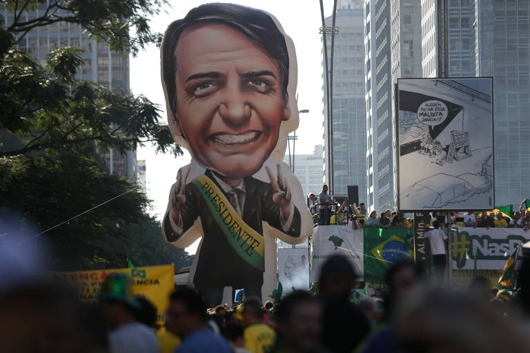 Boneco de Jair Bolsonaro, em meio à multidão