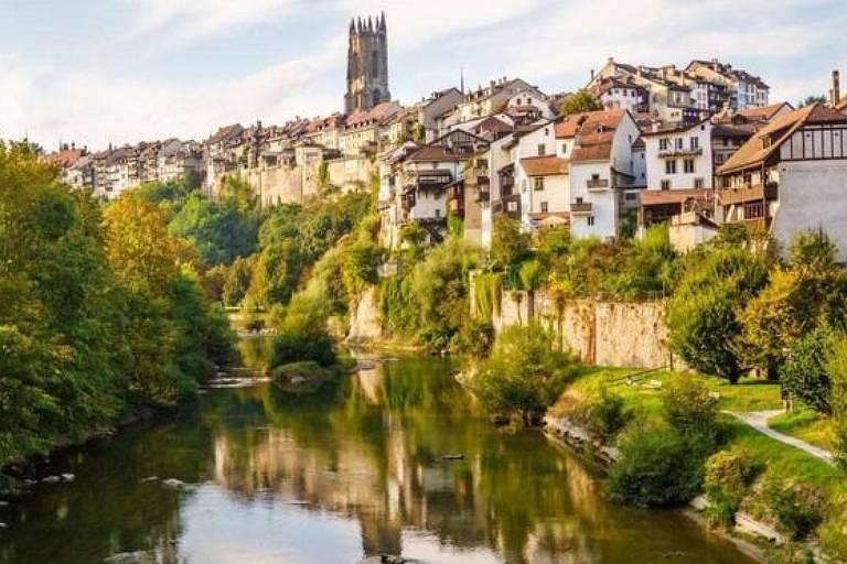 O cantão de Friburgo atravessa a fronteira da Suíça francesa e alemã
