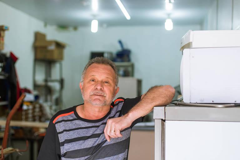 O técnico em segurança do trabalho Paulo Sérgio da Silva,  53 anos, na oficina de eletrodomésticos onde está trabalhando temporariamente