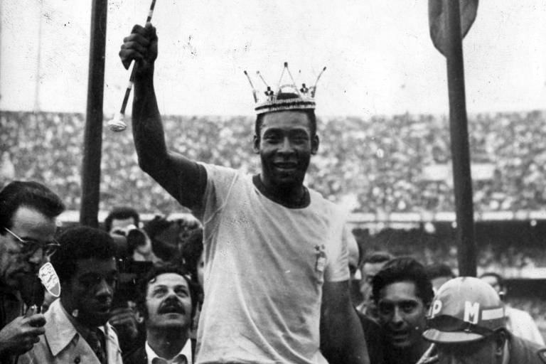 De cetro e coroa, Pelé veste a camisa da seleção brasileira pela última vez em 1971; ele marcou 12 gols em Copas