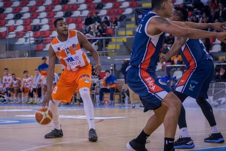 O jogador brasileiro de basquete Michael Uchendu (à esq.)