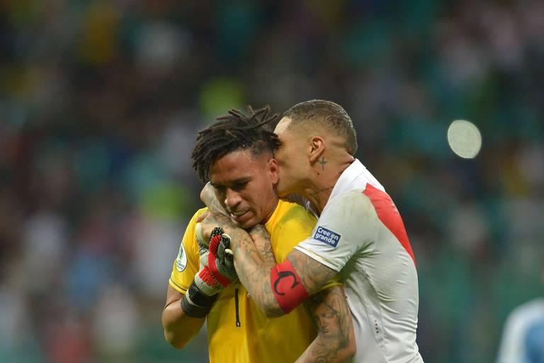 Paolo Guerrero beija o goleiro Pedro Gallese após a decisão nos pênaltis