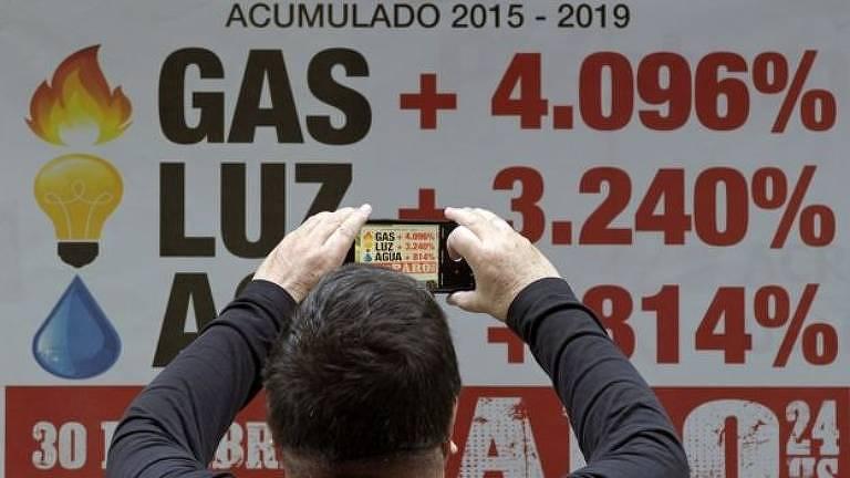Placa com porcentagens de aumento de tarifas