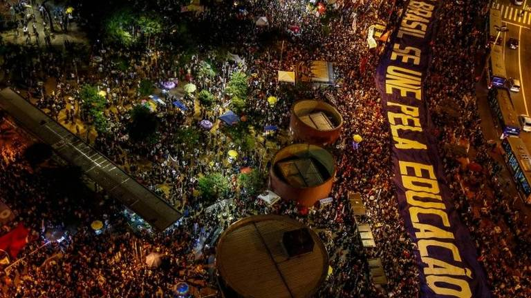 Imagem aérea de multidão em protesto
