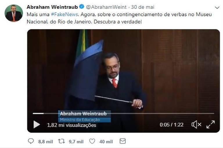 Abraham Weintraub com guarda-chuva